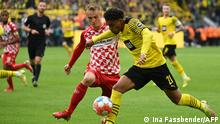 Mainz' German midfielder Niklas Tauer (L) and Dortmund's Dutch forward Donyell Malen vie for the ball during the German first division Bundesliga football match BVB Borussia Dortmund v Mainz 05 in Dortmund, western Germany, on October 16, 2021. (Photo by Ina Fassbender / AFP) / DFL REGULATIONS PROHIBIT ANY USE OF PHOTOGRAPHS AS IMAGE SEQUENCES AND/OR QUASI-VIDEO