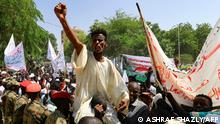 Sudanese protesters take part in a rally demanding the dissolution of the transitional government, outside the presidential palace in Khartoum on October 16, 2021. - The protests came as Sudan's political scene reels from divisions among factions steering the country through a rocky transition following the April 2019 ouster of veteran autocrat Omar al-Bashir after mass protests against his rule. (Photo by ASHRAF SHAZLY / AFP)