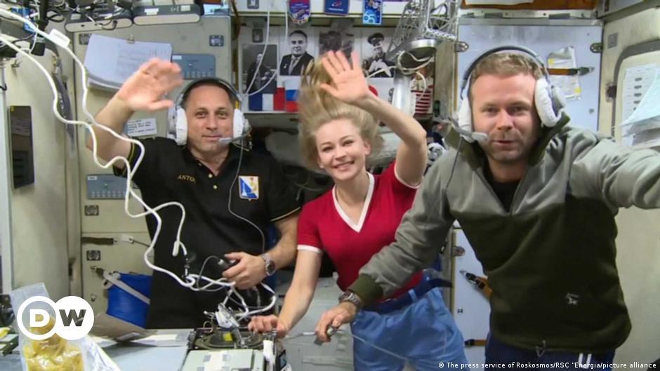 """فريق فيلم """"التحدي"""" الروسي المنافس لهوليوود يعود من رحلة للفضاء"""
