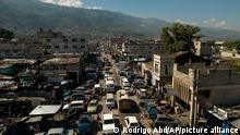 Foto externa mostra rua e casas no Haiti