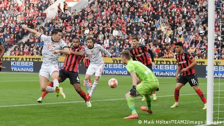 Fußball Bundesliga | Bayer Leverkusen v Bayern München | Tor Lewandowski mit Hacke