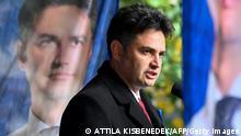 Imagem mostra Peter Marki-Zay discursando, de perfil
