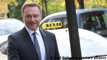 Christian Lindner, Fraktionsvorsitzender und Parteivorsitzender der FDP, kommt zu einer gemeinsamen Sitzung des FDP-Bundesvorstands und der neugewählten Bundestagsabgeordneten. Sie beraten über die Aufnahme von Koalitionsverhandlungen mit SPD und Grünen. Zuvor hatte sich bereits das Parteipräsidium getroffen.