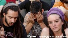 ARCHIV- Junge Demonstranten, die zur Bewegung 15-M gehören, sitzen auf einem Platz in Madrid, Spanien, am 14.05.2012. Europa steckt noch tief in der Krise, auch wenn mancherorts Entwarnung gegeben wird. Die Länder im Süden wollen Hilfe im Kampf gegen Rezession und Arbeitslosigkeit. Foto: Javier Lizon/dpa (zu dpa-KORR «Europas Süden pocht beim EU-Gipfel auf Hilfe» vom 25.06.2013) +++ dpa-Bildfunk +++