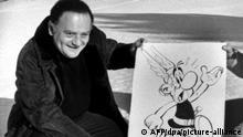 Der französische Cartoonist und Texter René Goscinny posiert 1971 mit einem Foto der Comic-Figur Asterix, der Gallier. Zusammen mit dem französischen Zeichner Albert Uderzo schuf Goscinny u.a. die weltweit erfolgreichen Comic-Legenden Asterix und Obelix. Goscinny wurde am 14.8.1926 in Paris geboren und verstarb ebenda am 5.11.1977 an einem Herzinfarkt. Uderzo schreibt nach dem Tod seines Partners auch die Texte der beliebten Asterix-Hefte.