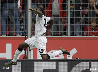 Крістіан Дорда радіє першому голу в сезоні за менхенгладбаську Борусію, забивши Байєру