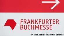 Das Logo der Frankfurter Buchmesse auf einem Wegweiser auf dem Messegelände. In 100 Tagen beginnt die Frankfurter Buchmesse - so die Corona-Pandemie nicht kurzfristig einen Strich durch die Rechnung macht. Viele Fragen sind drei Monate vor dem Termin (14. bis 18. Oktober) noch offen +++ dpa-Bildfunk +++
