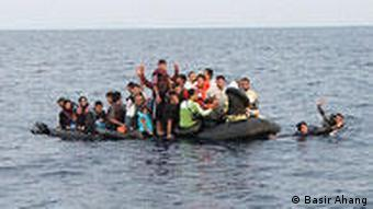 Afghanische Asylbewerber auf einem überladenen Boot vor Italien (Foto: Basir Ahang)
