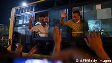 Freigelassene Gefangene in einem Bus