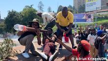 Protestierende in der Hauptstadt Mbabene zielen auf einen Militärhubschrauber