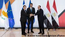 Kyriakos Mitsotakis (M), Ministerpräsident von Griechenland, Nicos Anastasiades (l), Präsident von Zypern, und Abdel Fattah al-Sisi, Präsident von Ägypten, schütteln sich vor ihrem gemeinsamen Treffen die Hände. Athen ist Gastgeber des neunten trilateralen Gipfels zwischen den drei Ländern. +++ dpa-Bildfunk +++