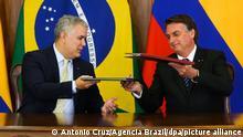 Ivan Duque (l),Präsident von Kolumbien, und Jair Bolsonaro (r), Präsident von Brasilien, unterschreiben Abkommen im Präsidentenpalast. Duque und Bolsonaro unterzeichneten Dokumente zur gemeinsamen Aktion bezüglich des Schutzes im Amazonas. +++ dpa-Bildfunk +++