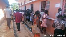 Beginn des Schuljahres in Guinea Bissau Wer hat das Bild gemacht?: Iancuba Dansó [korri] Wann wurde das Bild gemacht?: 19.10.2021 Mütter suchen Informationen im Schulbüro
