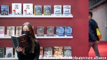Frieda liest am ersten Tag für Fachbesucher auf der Frankfurter Buchmesse 2021 am Stand des Carl Hanser Verlags «Nicht mehr. Mehr nicht: Chiffren für sie» von Botho Strauß. Nach der pandemiebedingten Pause 2020 darf die Frankfurter Buchmesse in diesem Jahr wieder mit Publikum stattfinden.