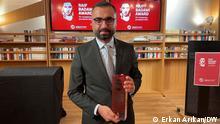 Es zeigt unseren Kollegen Alican Uludağ, der heute mit dem Raif Badawi Award ausgezeichnet wurde. Das Foto wurde von unserem Leiter der türkischenn Redaktion Erkan Arıkan gemacht. Er hat der Redaktion selbstverständlich die Nutzungsrechte übertragen.