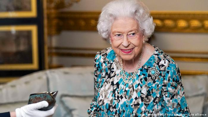 Rainha Elizabeth 2ª passa noite no hospital para exames