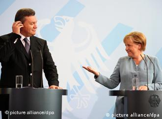 Viktor Janukowitsch und Angela Merkel in Berlin (Foto: AP)