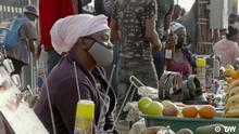 Die Corona-Last der Selbstständigen Ort: Südafrika Sendedatum: 21.10.2021 Rechte: DW Bild: South African vendor.jpg Bildbeschreibung: Eine Händlerin verkauft ihre Ware auf einem Markt.
