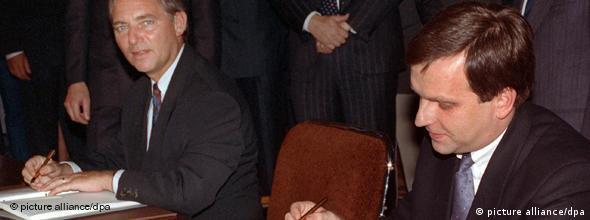 W 1990 r. ówczesny minister spraw wewnętrznych Wolfgang Schaeuble i stojący na czele delegacji NRD sekretarz stanu Gunter Krause podpisali traktat zjednoczeniowy
