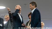 Berlin, 21.10.21Olaf Scholz (2.v.l), SPD-Kanzlerkandidat und Bundesfinanzminister, spricht mit Robert Habeck (2.v.r), Bundesvorsitzender der Grünen, im Tagungsort für die Koalitionsverhandlungen. Heute beginnen die Koalitionsverhandlungen zwischen SPD, FDP und Bündnis 90/Die Grünen zur Regierungsbildung nach der Bundestagswahl. +++ dpa-Bildfunk +++