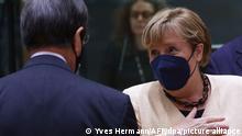 21.10.2021, Belgien, Brüssel: Bundeskanzlerin Angela Merkel (CDU, r) spricht mit Nikos Anastasiadis, Präsident von Zypern, vor einer Gesprächsrunde auf dem EU-Gipfel. Auf der Tagesordnung für den Gipfel der EU-Staats- und Regierungschefs stehen Diskussionen über die zuletzt stark gestiegenen Energiepreise in der EU, den digitalen Wandel und die Entwicklung der Corona-Pandemie. Zudem soll es u.a. eine Strategiedebatte über die Handelspolitik der EU und Gespräche über außenpolitische Themen geben. Foto: Yves Herman/Pool Reuters/AP/dpa +++ dpa-Bildfunk +++