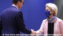 Mateusz Morawiecki, Ministerpräsident von Polen, und Ursula von der Leyen, Präsidentin der Europäischen Kommission, begrüßen sich bei ihrer Ankunft zu einem Gipfel der EU-Staats- und Regierungschefs. Auf der Tagesordnung für den Gipfel der EU-Staats- und Regierungschefs stehen Diskussionen über die zuletzt stark gestiegenen Energiepreise in der EU, den digitalen Wandel und die Entwicklung der Corona-Pandemie. Zudem soll es u.a. eine Strategiedebatte über die Handelspolitik der EU und Gespräche über außenpolitische Themen geben. +++ dpa-Bildfunk +++