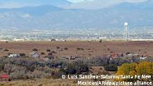 Blick auf die Bonanza Creek Ranch in der Nähe von Santa Fe, Tatort eines tragischen Unfalls am Filmset mit US-Schauspieler Alec Baldwin. Schauspieler Baldwin hat nach Angaben der Polizei bei einem Filmdreh mit einer Requisitenwaffe geschossen und dabei zwei Menschen getroffen. Die Kamerafrau sei tödlich verletzt worden, hieß es am Donnerstagabend (Ortszeit) in einer Mitteilung der Polizei von Santa Fe (New Mexico). Der Regisseur sei verletzt worden und werde in einem Krankenhaus behandelt. +++ dpa-Bildfunk +++