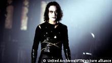 Crow, The (1994) Brandon Lee Genau ein Jahr spaeter fuehrt eine Kraehe Erics (Brandon Lee) Seele wieder zurueck in seinen Koerper. Regie: Alex Proyas ,