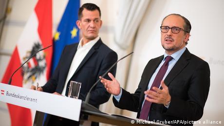 El ministro de Sanidad, Wolfgang Mückstein (Verdes) y el nuevo canciller federal Alexander Schllenberg (ÖVP), ofrecieron una rueda de prensa la reunión de crisis.