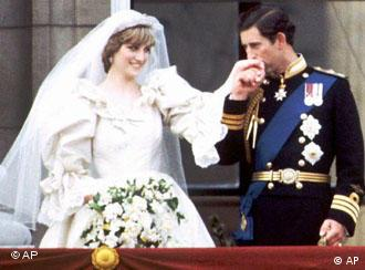 This is July 29, 1981 photo of Prince Charles and Princess Diana on the balcony of Buckingham Palace on their wedding day. (AP Photo/PA, File) (Photo für Kalenderblatt)