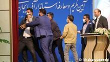 """***ACHTUNG: Bild nur für die Farsi-Redaktion freigegeben!*** via Mahmood Salehi Bei Amtseinführung wird der neue Gouverneur von Provinz """"Ost Azerbaijan"""" Razavi Khoram, geohrfeigt. Rechte: khabarvarzeshi"""