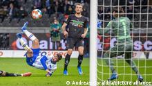 Fußball: Bundesliga, Hertha BSC - Borussia Mönchengladbach, 9. Spieltag, Olympiastadion. Berlins Marco Richter (l) überwindet Torwart Yann Sommer (r) von Mönchengladbach zum 1:0.