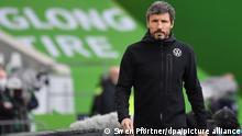 Fußball: Bundesliga, VfL Wolfsburg - SC Freiburg, 9. Spieltag in der Volkswagen-Arena. Wolfsburgs Trainer Mark van Bommel ist vor dem Spiel im Stadion.