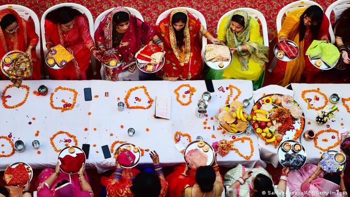 Za praznik Karva Čaut hinduskinje poste i mole se za dobrobit i dug život svojih muževa. Ovaj dan obeležava se uglavnom u severnoj Indiji, a učestvuju i neudate žene – u nadi da će pronaći partnera sa kojim žele da podele život.