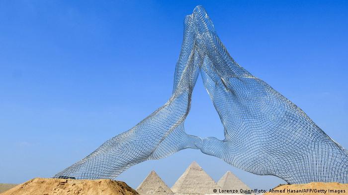 ... je ime instalacije italijanskog umetnika Lorenca Kvina. A gde je izložena - nije teško pogoditi. To jedno od deset umetničkih dela velikih dimnezija pod zajedničkim imenom - Zauvek je sada koje je organizovao Art DEgypte.