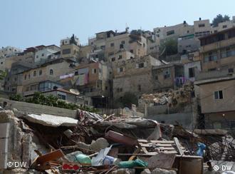 Ruine eines Hauses in Silwan, dass die Stadtverwaltung niederreissen ließ. Im Hintergrund der Stadtteil (Foto: DW/ Daniel Pelz)