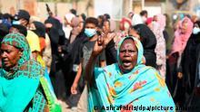 Eine Demonstrantin zeigt das Siegeszeichen, während Tausende auf die Straße gehen, um die Machtübernahme durch das Militär zu verurteilen. Im ostafrikanischen Sudan will das Militär wieder an die Macht. Der höchste Militärvertreter im Land, General Abdel Fattah al-Burhan, verkündete die Entmachtung der zivilen Regierungsmitglieder und bestätigte damit indirekt sich verdichtende Hinweise auf einen Militärputsch. +++ dpa-Bildfunk +++