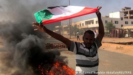 Ein Demonstrant mit der sudanesischen Flagge in der Hauptstadt Khartoum