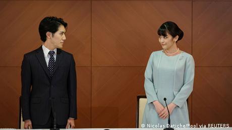 Prinzessin Mako und Kei Komuro stehen an einem Tisch und sehen sich an