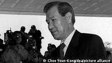 Der ehemalige südkoreanische Präsident Roh Tae-Woo geht am Mittwoch, dem 01.11.1995, in der südkoreanischen Hauptstadt Seoul auf dem Weg zum Büro des Staatsanwalts an Pressefotografen vorbei. Roh Tae-Woo muß sich wegen der Anlage eines Geheimfonds zur Finanzierung politischer Aktivitäten im Zeitraum von 1987 bis 1993 verantworten. In den Fond wurden Parteispenden in Höhe von 952 Millionen Mark eingezahlt. Die Ermittlungen sollen unter anderem klären, ob Roh Tae-Woo außer den Parteispenden auch Bestechungsgelder entgegengenommen hat. (Zu dpa 0249)