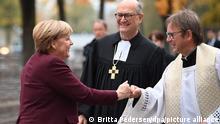 Der Bevollmächtigte des Rates der Evangelischen Kirche in Deutschland (EKD), Martin Dutzmann (M), und der Leiter des Katholischen Büros in Berlin, Prälat Karl Jüsten (r), empfangen Bundeskanzlerin Angela Merkel (CDU) zum ökumenischen Gottesdienst in der Berliner St. Marienkirche vor der konstituierenden Sitzung des neuen Bundestags. +++ dpa-Bildfunk +++