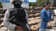 ARCHIV - 15 Tonnen beschlagnahmtes Marihuana werden am 23.02.2010 in Tijuana (Mexiko) von mexikanischen Sicherheitskräften präsentiert. Nach vielen Misserfolgen im Kampf gegen die Drogenkriminalität in Mexiko treten immer mehr Politiker für die Freigabe des Rauschgifthandels ein. Auch Ex-Präsident Fox hält eine Legalisierung für ein geeignetes Mittel, um der Drogenmafia ihre Geschäftsgrundlage zu entziehen, wie mexikanische Medien am Montag (09.08.2010) berichten. Foto: David Maung +++(c) dpa - Bildfunk+++