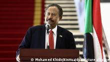 25.10.2021 Abdullah Hamduk, sudanesische Regierungschef, spricht bei einer Pressekonferenz. Im Sudan hat das Militär einen Putschversuch unternommen. Regierungschef Abdullah Hamduk sei festgenommen worden. +++ dpa-Bildfunk +++