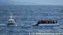 Das Tochterboot des Seenotrettungskreuzers Minden rettet am 10.03.2016 auf dem Mittelmeer ein Flüchtlingsboot zwischen der Türkei und der griechischen Insel Lesbos. Die Flüchtlinge werden von dem Seenotrettungskreuzer Minden aufgenommen und in den Hafen von Mitilini (Mytilini) gebracht. Die Deutsche Gesellschaft zur Rettung Schiffbrüchiger (DGzRS) und weitere nordeuropäische Seenotrettungsgesellschaften beteiligen sich an einem zeitlich befristeten internationalen Einsatz zur Rettung von Flüchtlingen in der Ägäis. Der Einsatz der Minden ist Teil der Initiative _Members assisting Members_ der International Maritime Rescue Federation (IMRF). In ihr sind 125 Organisationen aus 48 Ländern zusammengeschlossen. Im Rahmen des internationalen Einsatzes unterstützen die deutschen Seenotretter derzeit ihre griechischen Kollegen. Foto: Kay Nietfeld/dpa ++ +++ dpa-Bildfunk +++