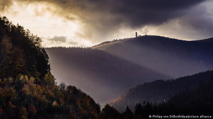 """Sunčevi zraci obasjavaju kulu Feldberg na istoimenom brdu u Švarcvaldu, """"crnoj šumi"""" kako bi glasio prevod imena tog regiona u Nemačkoj. Ali ovih jesenjih dana šuma nije crna – sve se šareni od različitih boja lišća."""