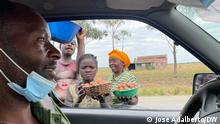1. Titel: Speedy cars 2. Bildbeschreibung: Dangerous diriving near markets 3. Fotograf: José Adalberto (DW Korrespondent) 4. Wann wurde das Bild gemacht: 27.10.2021 5.Wo wurde das Bild aufgenommen: Luanda, Angola