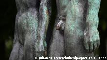 ILLUSTRATION - Ein männliches Geschlechtsteil ist am Freitag (13.07.2012) an der Skulptur Menschenpaar in Hannover zu sehen. Das Urteil des Kölner Landgerichts, das religiöse Beschneidungen als Körperverletzung einstuft, sorgt weiter für Aufregung. Jetzt muss wohl eine höhere Instanz entscheiden und für Rechtssicherheit sorgen. Foto: Julian Stratenschulte dpa/lni ++