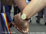 Двоє чоловіків тримаються за руки