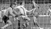 Bildnummer: 11651274 Datum: 14.05.1977 Copyright: imago/WEREK Eintracht Frankfurt - FC Bayern München 2:1 - Bernd Hölzenbein (Frankfurt, Mitte) erzielt das Tor zum 2:1 gegen Torwart Sepp Maier, Jupp Kapellmann und Peter Gruber (alle Bayern); 7752 Fussball Herren 1. BL Frankfurt am Main GER sw ysf vneg 1975 1976 quer Image number 11651274 date 14 05 1977 Copyright imago WEREK Eintracht Frankfurt FC Bavaria Munich 2 1 Bernd Hoelzenbein Frankfurt centre reached the goal to 2 1 against Goalkeeper Sepp Maier Jupp Kapellmann and Peter Gruber all Bavaria Football men 1 BL Frankfurt at Main ger SW YSF Vneg 1975 1976 horizontal