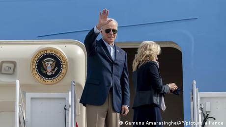 Presidente Joe Biden se despede antes de entrar em avião